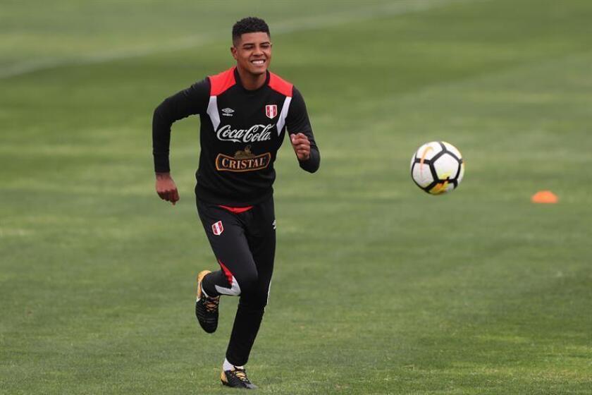 El jugador peruano Wilder Cartagena participa en un entrenamiento general. EFE/Archivo