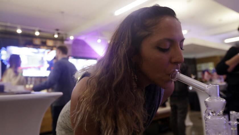 Krystal Xiques fuma marihuana en un acto realizado en noviembre pasado, en apoyo a la Proposición 64, en Sparc Dispensary de San Francisco.