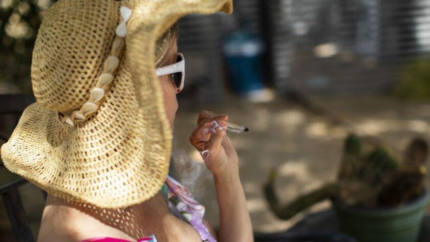 Chevyn McClintock disfruta de un cigarro de marihuana en Desert Hot Springs Inn. El hotel es uno de los pocos en California que dan la bienvenida a los fumadores de marihuana, pero la tendencia puede estar creciendo. (Gina Ferazzi / Los Angeles Times)