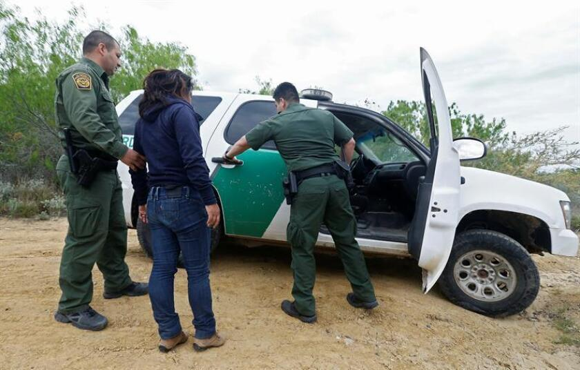 Miembros de la Patrulla Fronteriza detienen a una mujer sospechosa de cruzar el Río Grande de forma ilegal para entrar a los Estados Unidos desde México. EFE/Archivo