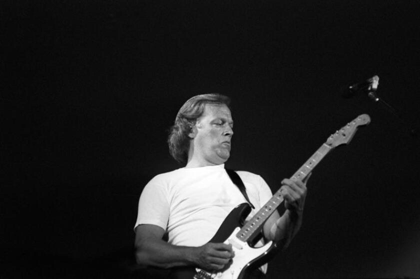El guitarrista David Gilmour, componente del grupo Pink Floyd, durante la actuación ofrecida en 1988 en Madrid. EFE/Jorge Mata/Archivo