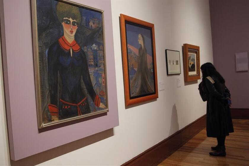 Una visitante observa obras de la pintora mexicana Nahui Olin hoy, miércoles 13 de junio de 2018, en Ciudad de México (México). EFE