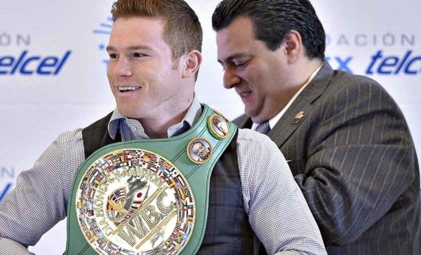 Canelo Álvarez (i) y Mauricio Sulaimán, presidente del Consejo Mundial de Boxeo (WBC).