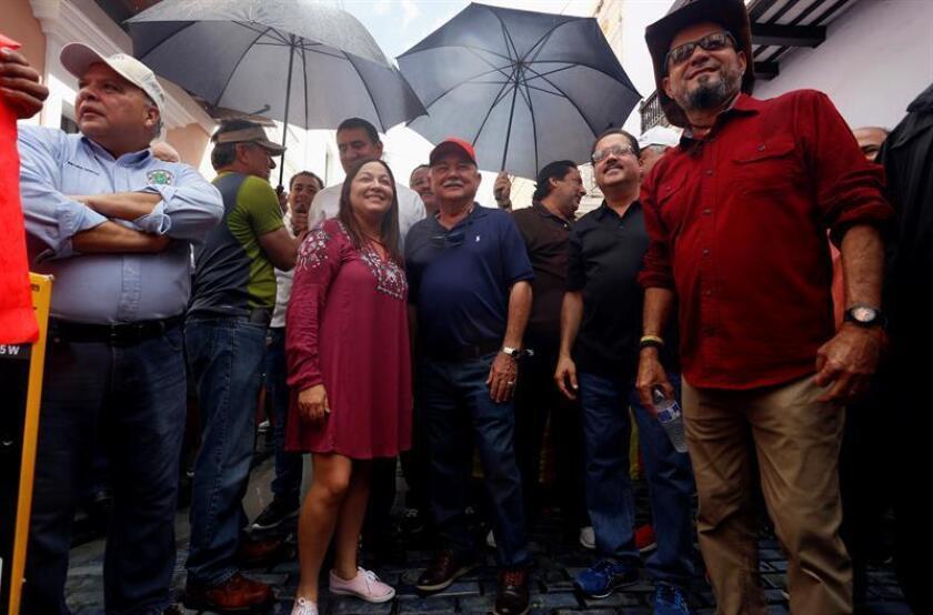 La alcaldesa de Morovis, Carmen Maldonado (c), acompañada de otros alcaldes, participa en una manifestación para pedir información sobre el restablecimiento del fluido eléctrico, afectado por el paso del huracán María, hoy, lunes 15 de enero de 2018, en San Juan (Puerto Rico). La manifestación atravesó las calles del casco antiguo de San Juan y terminó frente a la sede del Ejecutivo. EFE