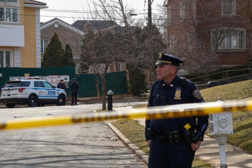 """Agentes del Departamento de Policía de Nueva York (NYPD) patrullanfrente a la casa del jefe mafioso Francesco """"Frank"""" Cali, líder de la familia Gambino, donde fue asesinado a tiros en Staten Island, Nueva York (EE.UU.). EFE/Kena Betancur/Archivo"""