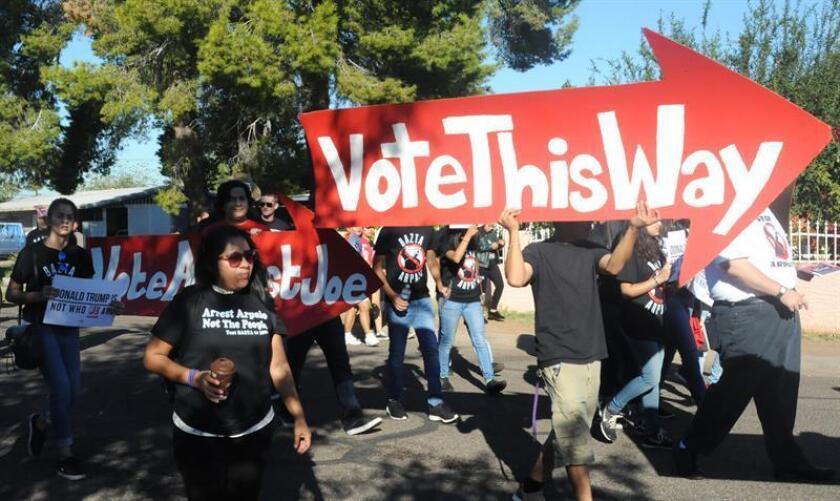 Organizaciones independientes como One Arizona y otras, como Bazta Arpaio, que tienen como objetivo que el alguacil del condado de Maricopa, Joe Arpaio, pierda su reelección el próximo martes, se movilizan para promover el voto entre los latinos hoy, sábado 5 de noviembre de 2016, en Phoenix, Arizona, EEUU. Los jóvenes latinos de Arizona que han trabajado como voluntarios para animar a la población latina a registrarse y salir a votar en estas elecciones aseguran que el logro de conseguir que sea una de las contiendas más cerradas de la historia del estado ha sido de ellos y no de los demócratas. EFE/Beatriz Limón