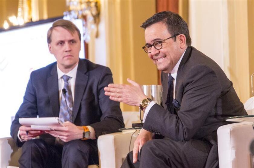 """El ministro de Economía de México, Ildefonso Guajardo (d), junto al periodista canadiense y moderador Derek DeCloet (i), hoy, 21 de febrero de 2017, en Toronto (Canadá), en una conferencia organizada por el Consejo Canadiense para las Américas (CCA) sobre el futuro de las relaciones entre los tres países norteamericanos, Estados Unidos, Canadá y México. Guajardo afirmó hoy que antes de renegociar el Tratado de Libre Comercio, Washington tiene que reconocer que el acuerdo comercial """"ha sido beneficioso"""" para Estados Unidos. Guajardo, que se encuentra en Toronto junto con el ministro mexicano de Asuntos Exteriores, Luis Videgaray, añadió que, sin esa declaración, las negociaciones empezarían """"sesgadas"""". EFE"""
