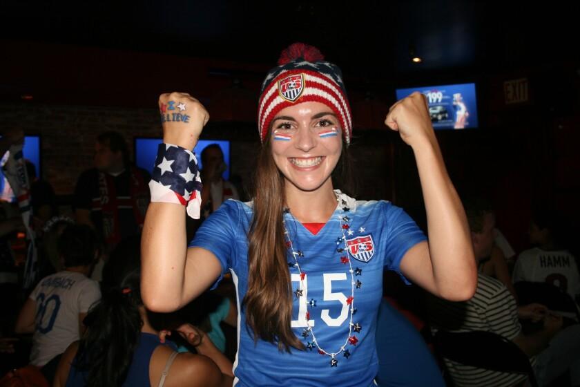 Una aficionada de Estados Unidos festeja el campeonato de Estados Unidos.