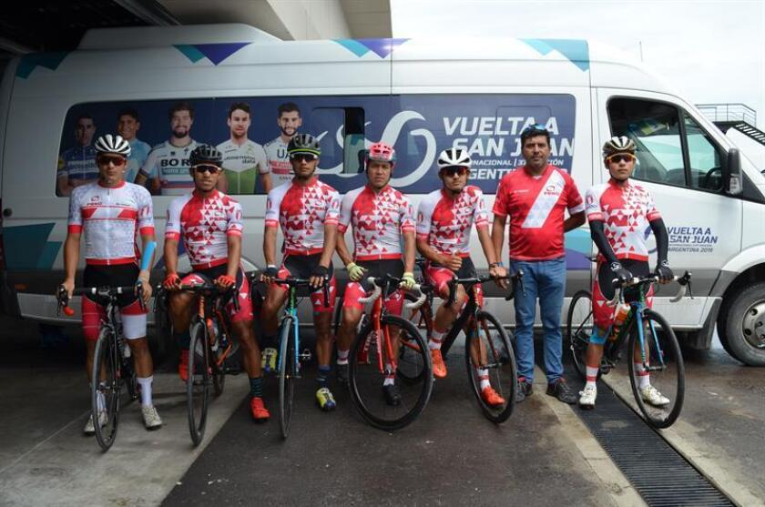 Los integrantes de la selección peruana de ciclismo fueron registrados este sábado al posar, durante una entrevista con Efe, en San Juan (Puerto Rico). EFE