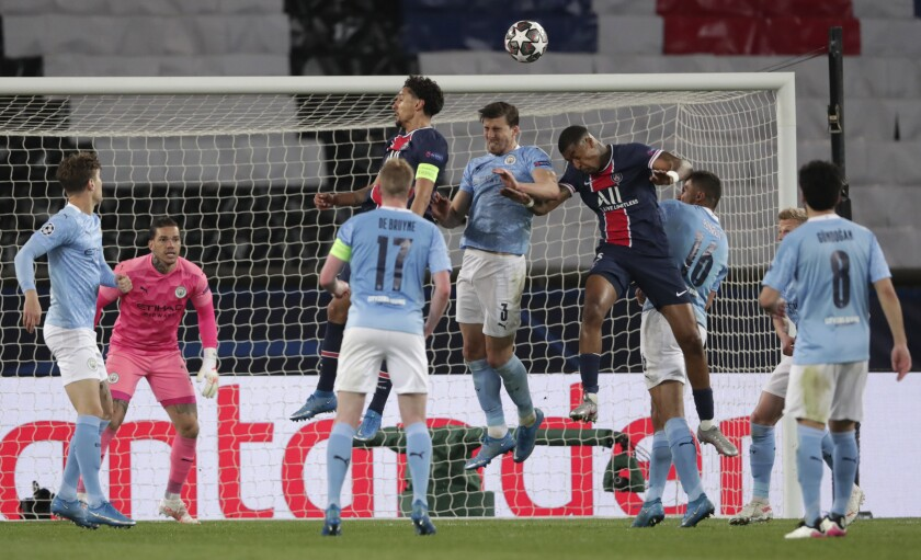 En esta foto del 28 de abril del 2021, jugadores del Manchester City y el Paris Saint-Germain