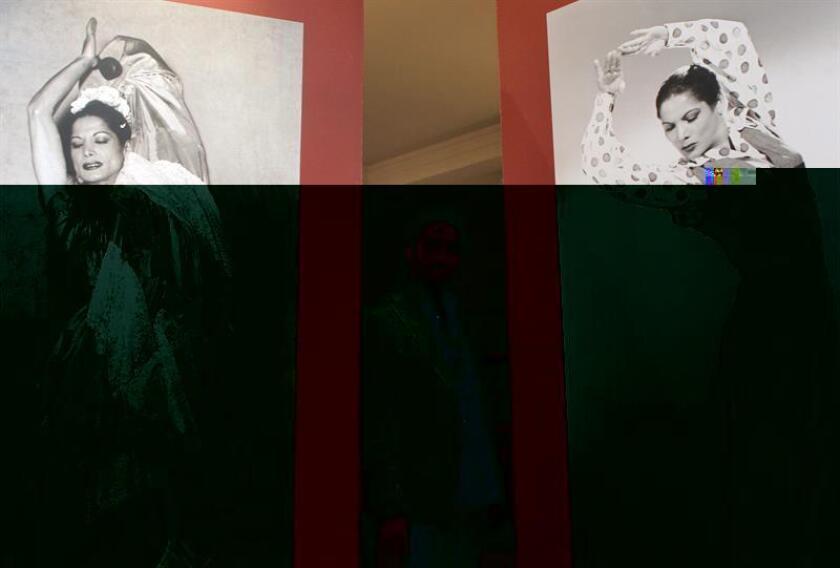 El pianista Diego Amador posa ante unas fotos de Carmen Amaya. EFE/Archivo