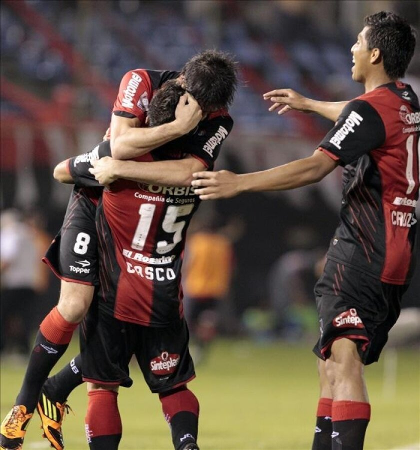 El jugador del Newell's Old Boys de Argentina Pablo Pérez (i) celebra un gol con sus compañeros. EFE/Archivo