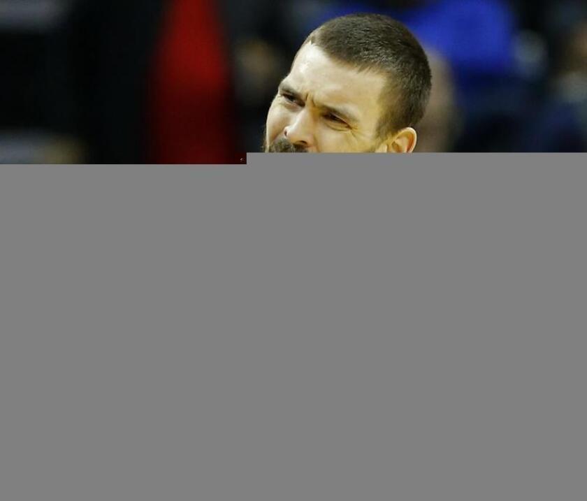 El jugador Marc Gasol de Memphis Grizzlies celebra una anotación este viernes 20 de enero de 2017, durante un juego entre Sacramento Kings y Memphis Grizzlies Basketball de la NBA. EFE