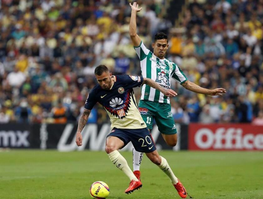 El jugador de América Jérémy Ménez (i) y Andrés Andrade (d), de León disputan un balón el sábado 10 de marzo de 2018, durante el juego correspondiente a la jornada 11 del torneo mexicano de fútbol, celebrado en el estadio Azteca en Ciudad de México, (México). EFE/Archivo
