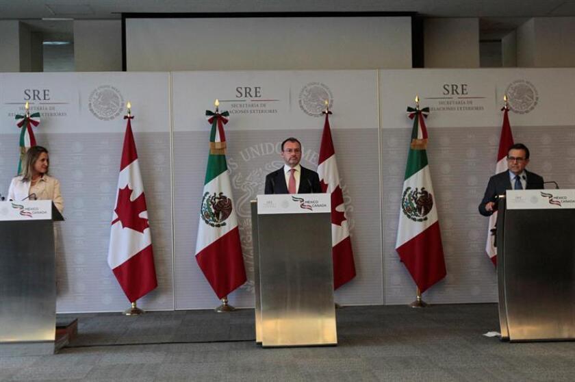El secretario de Relaciones Exteriores de México, Luis Videgaray (c), la ministra canadiense de Exteriores, Chrystia Freeland (i), y el ministro mexicano de Economía, Ildefonso Guajardo (d), ofrecen una rueda de prensa el miércoles 25 de julio de 2018, en Ciudad de México (México). EFE/Archivo