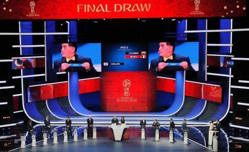 La Procuraduría Federal del Consumidor (Profeco) de México alertó hoy a los aficionados interesados en comprar boletos para la Copa del Mundo Rusia 2018 que lo hagan únicamente a través de la página oficial de la FIFA, de Match Hospitality o de la agencia autorizada que para México es Mundomex. En la imagen del 1 de diciembre de 2017, el exfutbolista argentino Diego Armando Maradona muestra la papeleta de México durante el sorteo del Mundial. EFE/ARCHIVO