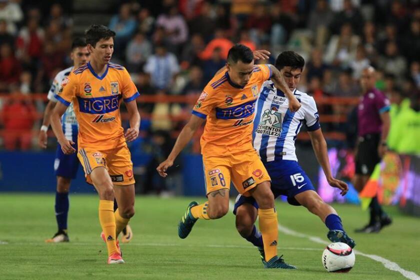 El jugador Erick Gutiérrez de Pachuca (d) disputa el balón con Lucas Zelarayan del Tigres UANL (c) ante la mirada de Jurgen Damm (i) durante el partido entre Tuzos del Pachuca vs Tigres de la UANL. EFE/Archivo