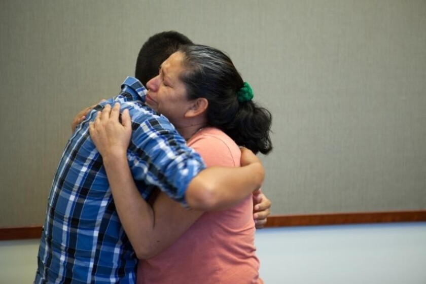 En esta imagen proporcionada por la Oficina del Fiscal de Distrito del Condado San Bernardino, Steve Hernández abraza a su madre a quien ve por primera vez en 20 años, el jueves 9 de junio de 2016, en San Diego, California.