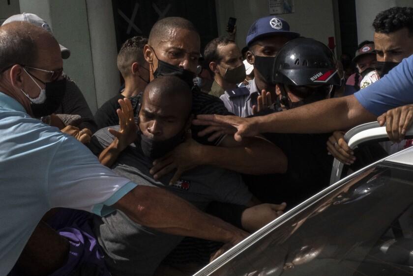 La policía detiene a un manifestante antigubernamental durante una protesta en La Habana, Cuba, el domingo 11 de julio de 2021. Cientos de manifestantes salieron a las calles en varias ciudades de Cuba para protestar contra la actual escasez de alimentos y los altos precios de los alimentos, en medio de la pandemia del nuevo coronavirus. Se desarrollaron en Cuba al menos 19 juicios sumarios que involucraron a 59 personas supuestos participantes en las inéditas protestas antigubernamentales, confirmaron las autoridades judiciales de la isla el sábado 24 de julio de 2021. (Foto AP/Ramón Espinosa)