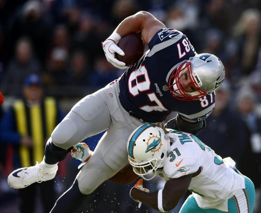 New England Patriots tight end Rob Gronkowski (L) is hit by Miami Dolphins strong safety Michael Thomas (R) during the first half at Gillette Stadium in Foxboro, Massachusetts, USA. EFE/Archivo