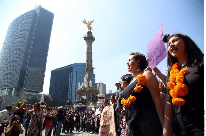 Un grupo de 350 personas se manifestó contra los feminicidios y la violencia de género.