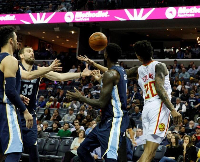 Marc Gasol (2-i) de Grizzlies disputa el balón ante John Collins (d) de Hawks hoy, viernes 15 de diciembre de 2017, en FedEx Forum en Memphis, Tennessee (EE.UU.). EFE