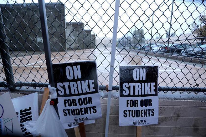 Unos 92.000 alumnos están afectados por la huelga iniciada hoy por miles de maestros de las escuelas públicas de Denver, que se retiraron de las negociaciones salariales que sostenían desde hace año y medio con las autoridades educativas, porque no lograron llegar a acuerdos. EFE/Archivo