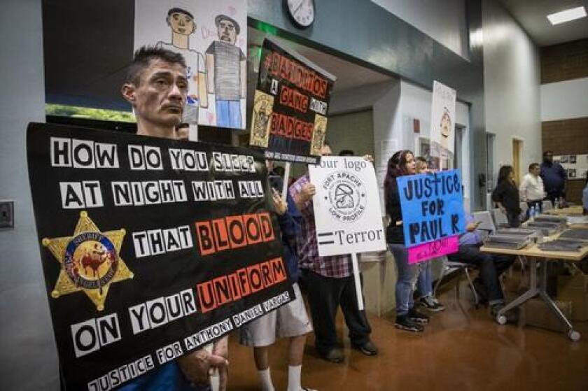 Condenan uso de insignia en estación del Sheriff del Este de Los Ángeles