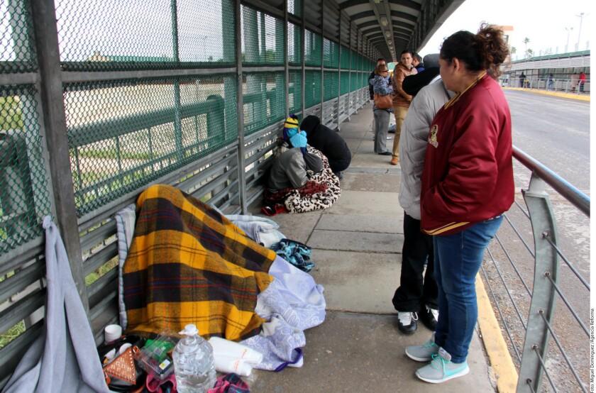 Decenas de cubanos que tramitan su petición de asilo para poder ingresar a Estados Unidos optaron por dormir desde el sábado en la línea fronteriza, a pesar de las condiciones adversas.