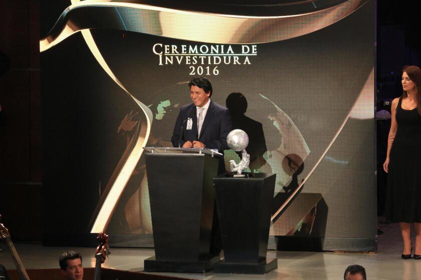 El exfutbolista mexicano Claudio Suárez habla tras su ingreso al Salón de la Fama, en Pachuca (México).
