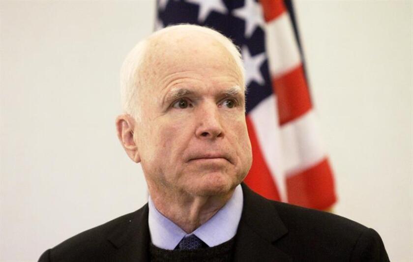 """El presidente, Donald Trump, atacó hoy en Twitter al influyente senador republicano John McCain por """"alentar al enemigo"""" con sus críticas a la reciente operación de las fuerzas especiales contra Al Qaeda en Yemen, que dejó víctimas civiles y militares. EFE/ARCHIVO"""