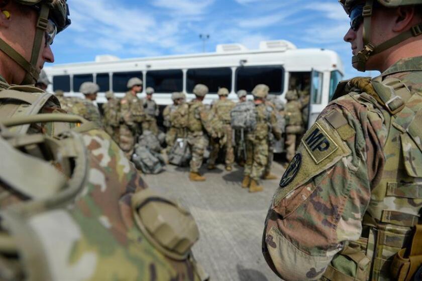 Soldados estadounidenses llegan al aeropuerto internacional Valley, en Harlingen, Texas, Estados Unidos, ayer, 1 de noviembre de 2018. EFE/Alexandra Minor/Foto cedida por el Ejército de EEUU SOLO USO EDITORIAL.