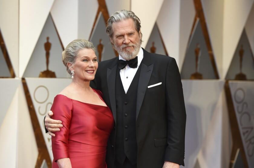 Susan Geston y Jeff Bridges llegan a la ceremonia de los premios Oscar el 26 de febrero de 2017