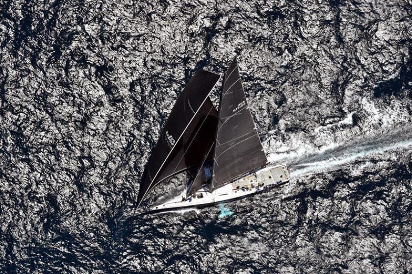 Vista aérea del velero Black Jack mientras navega hacia los promontorios de Sydney Heads durante el comienzo de la 74? edición de la Rolex Sydney Hobart, en Sídney (Australia). EFE
