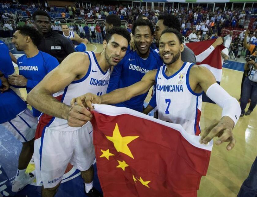 Jugadores de República Dominicana celebran al lograr la clasificación para la Copa Mundial de Baloncesto de China 2019 este lunes, en un partido entre República Dominicana y Brasil, en el Palacio de los Deportes de Santo Domingo (República Dominicana). EFE