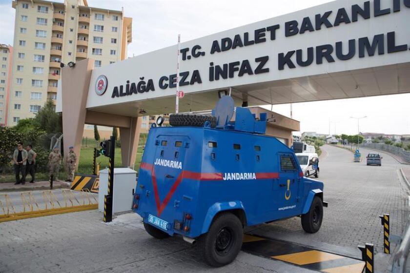 Un furgón de la Comandancia General de la Gendarmería turca accede a la prisión de Izmir (Turquía), donde está encerrado el pastor cristiano estadounidense Andrew Brunson. EFE/Archivo