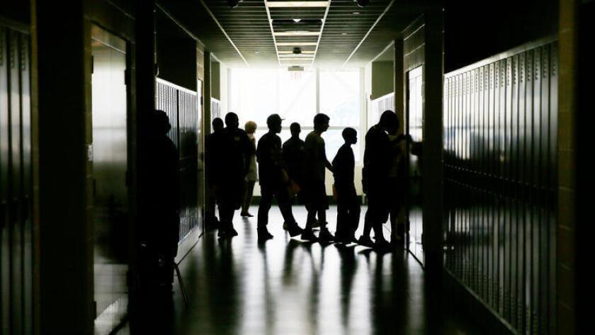 Estudiantes caminan por los pasillos de una escuela preparatoria en Filadelfia, en 2013 (Matt Slocum/Associated Press).