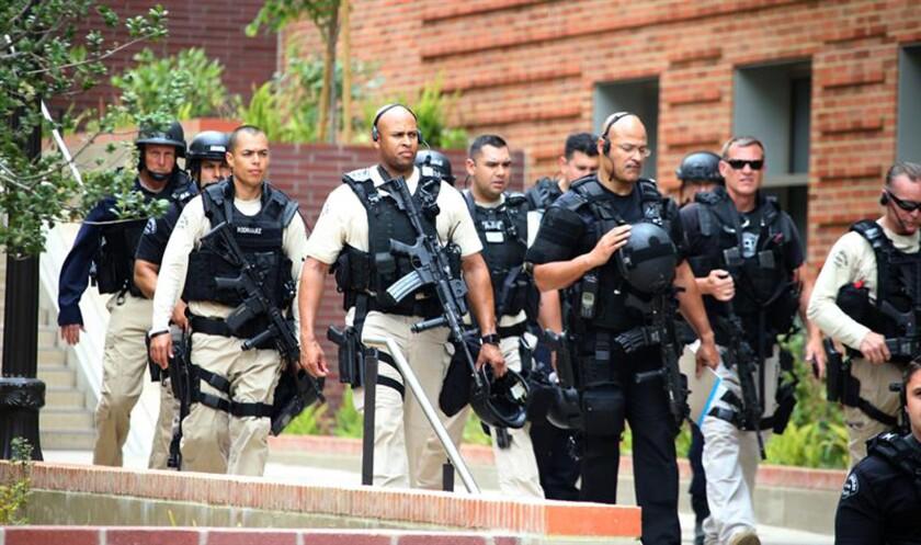 Policía resguarda la seguridad en el campus de ingeniería tras un tiroteo en la Universidad de California, Los Ángeles (UCLA), hoy miércoles 1 de junio de 2016. El jefe de la Policía de Los Ángeles, Charlie Beck, confirmó que el autor del tiroteo ocurrido hoy en la UCLA se suicidó tras matar a una víctima. EFE