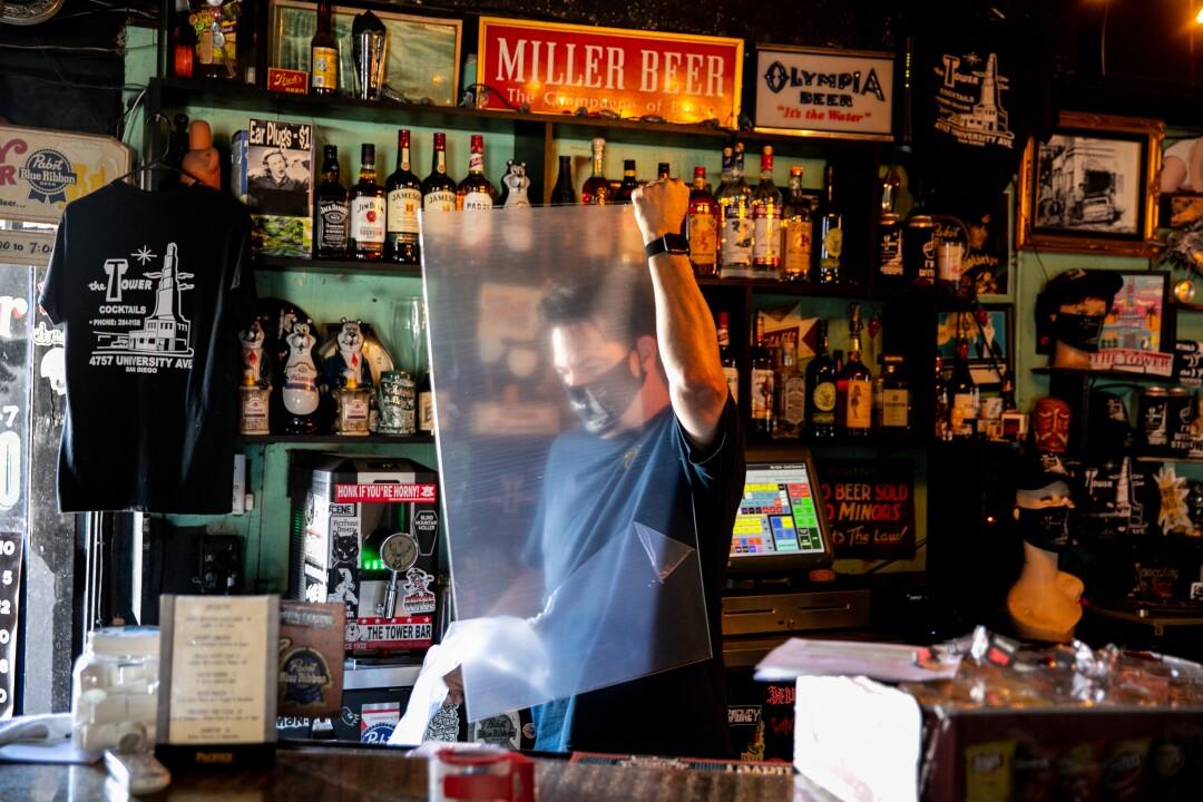 Mick Rossler, propietario de The Tower Bar, prepara el bar