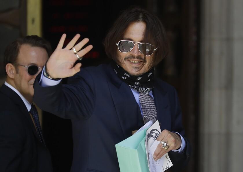 El actor Johnny Depp llega a la Corte Superior en Londres el viernes 17 de julio de 2020.