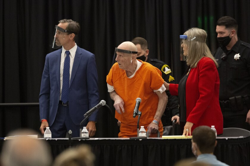 """Joseph James DeAngelo, apodado """"Golden State Killer"""", llega con su abogada a su audiencia en Sacramento, California."""