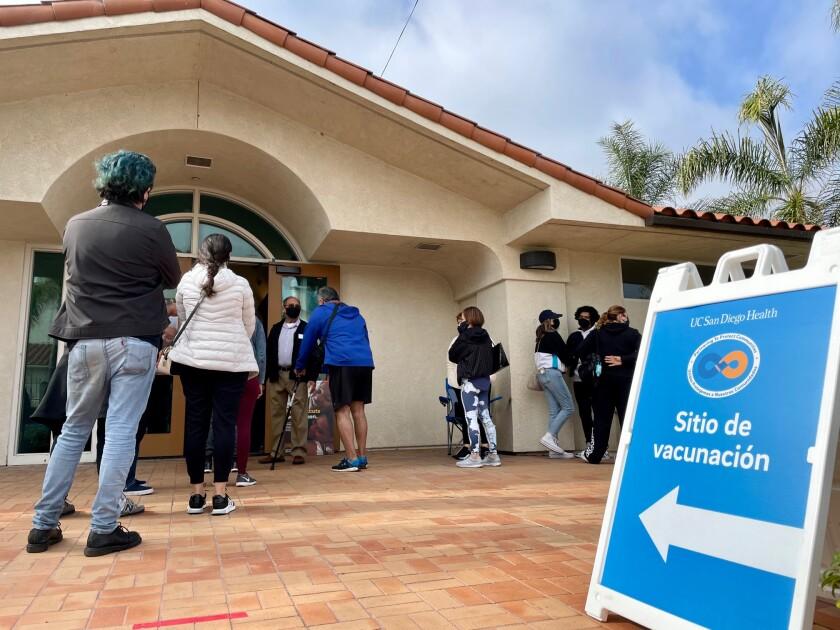 Cientos de personas se vacunaron el sábado 10 de abril en Nuestra Señora de Guadalupe en Chula Vista.