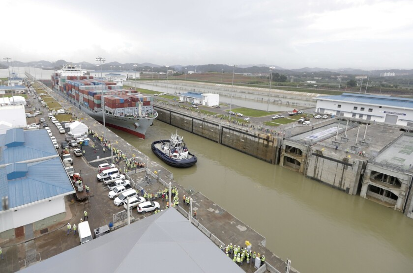 Un navío de carga de la clase Panamax navega por las nuevas esclusas Cocolí durante una prueba de la ampliación del Canal de Panamá del lado del Pacífico, en Panamá, el jueves 23 de junio de 2016. El buque, de la clase de mayor tamaño que puede pasar por las antiguas esclusas, fue redirigido hacia las nuevas para una prueba más del nuevo sistema. La expansión del canal, a un costo de 5.250 millones de dólares, será inaugurada el domingo en un momento difícil para el mercado internacional de transporte de mercancías por mar. (AP Foto/Arnulfo Franco)