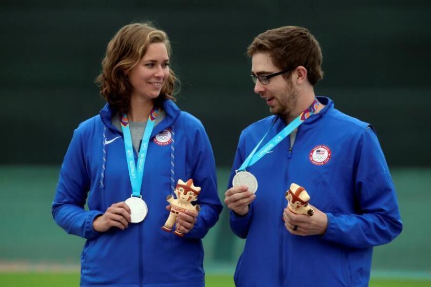 Minden Miles (i) y Lucas Kozeniesky de los Estados Unidos, medalla de plata, posan este sábado durante la premiación de tiro 10 m rifle aire equipo mixto en los Juegos Panamericanos 2019 en Lima (Perú). EFE/ Juan Ponce Valenzuela