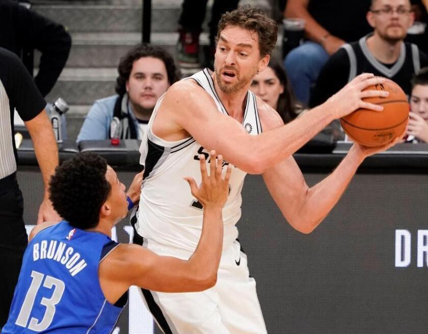 Pau Gasol (d) de los Spurs en acción contra Jalen Brunson (i) de Mavericks durante un partido de NBA entre San Antonio Spurs y Dallas Mavericks, en San Antonio, Texas (EE.UU.). EFE
