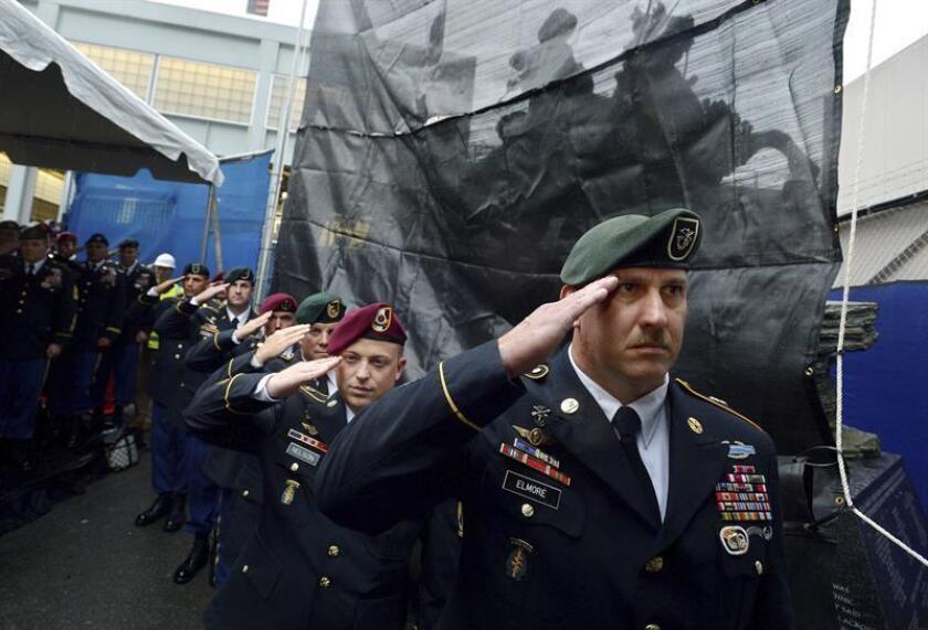 Miembros de las fuerzas especiales de Estados Unidos vigilan el monumento levantado en honor a su profesión, cerca del edificio World Trade Center de Nueva York, EE.UU. hoy, el viernes 19 de octubre de 2012. EFE/Archivo