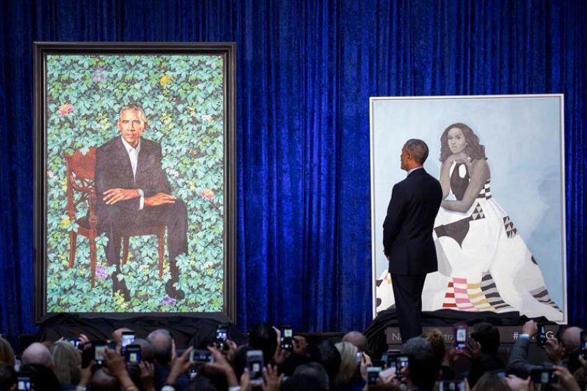 El expresidente estadounidense, Barack Obama, participa en la presentación de los retratos del expresidente y su mujer, Michelle Obama (no en la imagen), creados por el pintor Kehinde Wiley, en la Galería Nacional de Retratos de Smitgsonian, en Washington DC (Estados Unidos) hoy, 12 de febrero de 2018. EFE