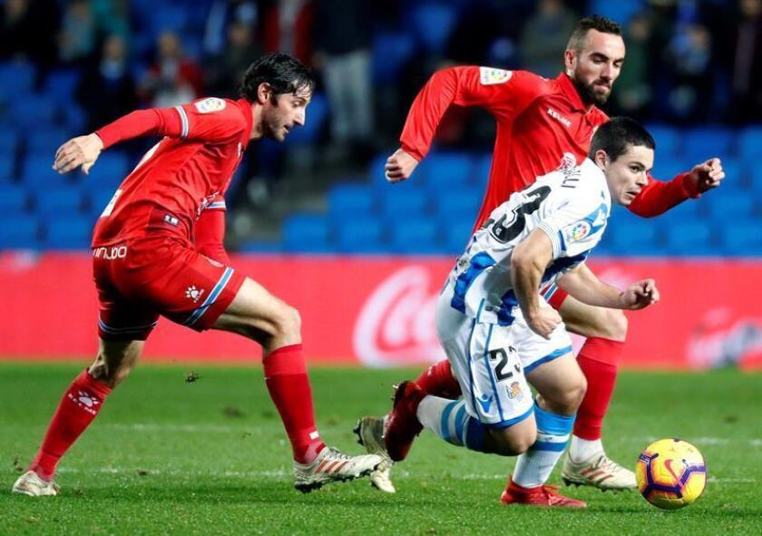 El centrocampista de la Real Sociedad Luca Sangalli (d) se escapa de Esteban Granero (i) y de Sergi Darder, ambos del RCD Espanyol, durante el partido de la 19? jornada de Liga en Primera División que se disputa esta noche en el estadio de Anoeta, en San Sebastián. EFE