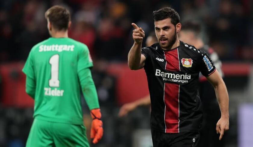 Kevin Volland (d), del Leverkusen, celebra el segundo gol durante el partido de fútbol de la Bundesliga alemana entre el Bayer 04 Leverkusen y el VfB Stuttgart en Leverkusen, Alemania. EFE