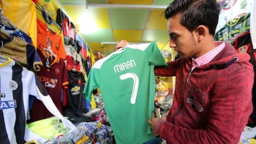 Durante los últimos 25 años ha recorrido el mundo buscando las camisetas de fútbol más icónicas de la historia. Las encuentra y las intercambia con sus dueños, como si se tratara del final del partido.